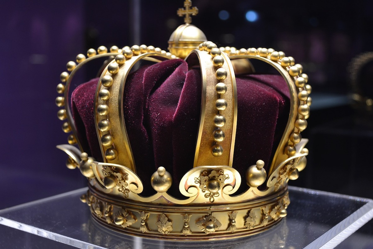 A gold and purple crown
