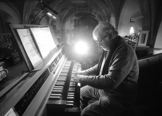 Man playing organ black and white